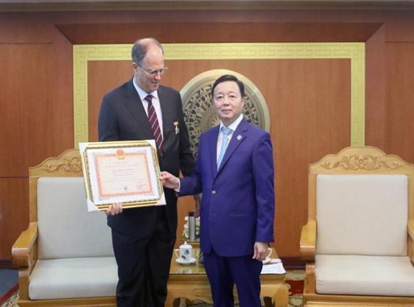 """Bộ trưởng Trần Hồng Hà trao Kỷ niệm chương """"Vì sự nghiệp Tài nguyên và Môi trường"""" cho Đại sứ Đức tại Việt Nam"""